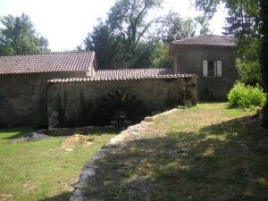 Moulin de l'étang à Saint Just avec sa roue à godets.