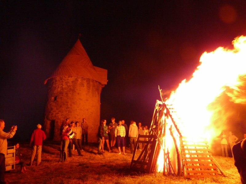Feu de la Saint Jean au moulin de la Rouquette